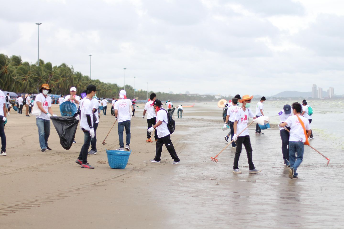Henkel Thailand employees participate in the 'trashfighters' initiative to clean up local beaches.